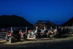 ATVs e motocicli nel parcheggio alla notte con le stelle di estate Fotografie Stock Libere da Diritti