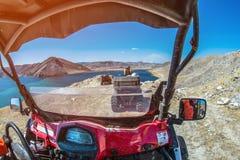ATVs na jeziorze w górach w lecie Zdjęcie Stock