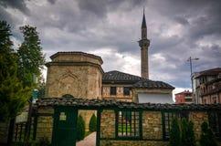 Außen- Ansicht zu beschmutzter Moschee Alaca Cami Kalkandelen Tetovo, Nord-Mazedonien lizenzfreies stockbild