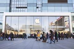Außen-Apple-Ausgang, Xidan-Gewerbegebiet, Peking, China Stockbilder