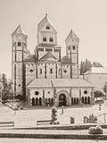 Außenansicht der Abtei Maria Laach in der Eifel-Region, Deutschland, im Monochrom Stockbild