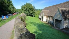 Außenansicht der historischen Zehnt-Scheune neben Kanal Kennet und Avons, Bradford auf Avon, Großbritannien lizenzfreie stockbilder