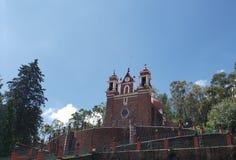 Außenansicht der katholischen Kirche der Kalvarienberg der Stadt von Metepec, in Mexiko, an einem sonnigen Tag lizenzfreies stockbild
