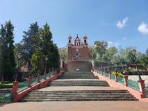 Außenansicht der katholischen Kirche der Kalvarienberg der Stadt von Metepec, in Mexiko, an einem sonnigen Tag stockfotos