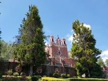 Außenansicht der katholischen Kirche der Kalvarienberg der Stadt von Metepec, in Mexiko, an einem sonnigen Tag stockfoto