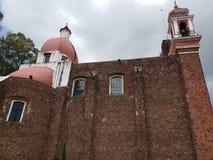 Außenansicht der katholischen Kirche der Kalvarienberg der Stadt von Metepec, in Mexiko, Seitenansicht lizenzfreies stockfoto