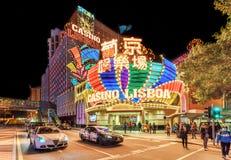 Außenansicht des ikonenhaften Lissabon-Kasinoeingangs nachts mit Stadt beleuchtet in Macau Stockfotografie