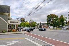 Außenansicht einer leeren Nebenstraßekreuzung, die ein Bauholz-erbautes Real Estate-Gebäude zusammen mit einem Parkplatz an einer lizenzfreie stockfotografie