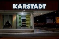 Außenansicht eines Karstadt-Speichers in Magdeburg nachts Stockbild