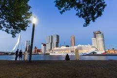 Außenansicht Erasmus Bridges beim Sonnenuntergang und beim Maas Stockfotografie