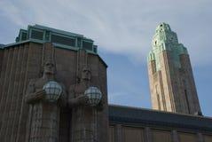 Außenansicht von Helsinkis-Bahnstation mit Turm und Statuen Stockfotografie