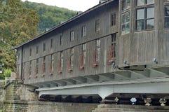 Außenansicht von wieder hergestellter antiker überdachter Brücke Lizenzfreies Stockfoto