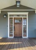 Außenaufnahme von hölzernen Front Door Stockbilder