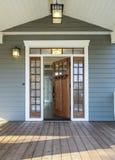Außenaufnahme von offenen hölzernen Front Door Stockbilder