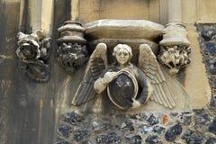 Außendekor auf einer mittelalterlichen Gemeindekirche Lizenzfreies Stockfoto