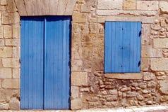 Außendetail eines traditionellen Steinhauses mit geschlossenem blauem Fenster und Tür stockfoto