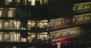 Außeneinspieler 4K eines modernen Bürogebäudes nachts stock video