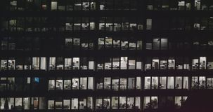 Außeneinspieler 4K eines modernen Bürogebäudes nachts stock footage