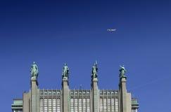 Außenfassade verziert mit kupfernen Skulpturen des Brüssel-Ausstellungsgebäudes, das nach innen von einigen Ausstellungshallen un Stockfoto