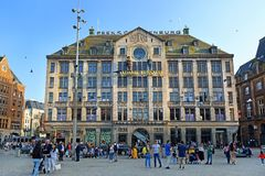 Außenfassade von Madame Tussauds Amsterdam auf Dam Square, die Niederlande lizenzfreies stockfoto
