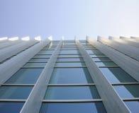 Außenfenster des Gebäudes oben schauend Stockfoto