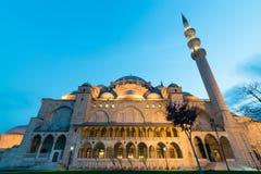 Außenfroschperspektive von Suleymaniye-Moschee an der Dämmerung, Istanbul, die Türkei Lizenzfreie Stockfotografie