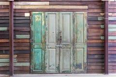 Außenhaus der alten hölzernen Türweinlese-Wand stockfotografie