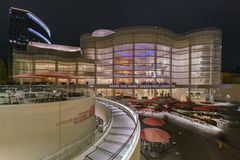 Außennachtansicht der Segerstrom-Mitte für die Künste lizenzfreie stockfotografie
