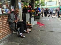 Außenseite des Klarinettespielers 2 ein Blumenladen nahe Pike-Platz-Markt, Seattle Stockfotos