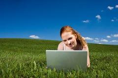 Außenseite mit Laptop Stockfotografie