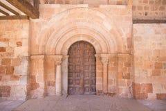 Außentür der Kirche St Michael in Ayllon Stockfoto