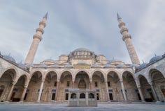 Außentag des niedrigen Winkels schoss von Suleymaniye-Moschee, eine Osmanekaisermoschee, die auf dem dritten Hügel von Istanbul,  Lizenzfreies Stockbild