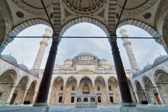Außentag des niedrigen Winkels schoss von Suleymaniye-Moschee, eine Osmanekaisermoschee, die auf dem dritten Hügel von Istanbul,  Stockbilder