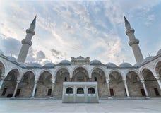 Außentag des niedrigen Winkels schoss von Suleymaniye-Moschee, Istanbul, die Türkei Lizenzfreie Stockfotografie