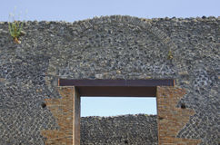 Außenwand, Bogen und Tür in Pompeji, Italien Stockbilder