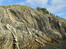 Außergewöhnlicher Stein in Skjerstadfjorden lizenzfreie stockbilder