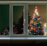 Außerhalb des Fenster Weihnachtsdekorationen Weihnachtsbaums Lizenzfreie Stockfotografie