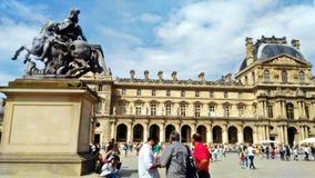 Außerhalb des Louvremuseums stockbilder