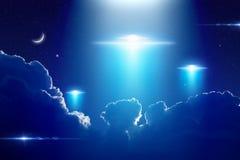 Außerirdische Ausländerraumschiffe, UFO im dunkelblauen sternenklaren Himmel lizenzfreies stockfoto