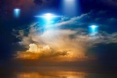 Außerirdische Ausländerraumschiffe, UFO im roten glühenden Himmel stockfotos