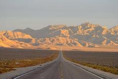 Außerirdische Landstraße im Sand Spring Valley, Nevada stockfotografie