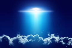 Außerirdisches Ausländerraumschiff, UFO mit hellem Scheinwerfer herein stockfoto
