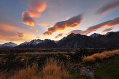 Außerordentliche Wolken über einem Gebirgszug Stockbilder