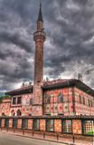 Außen- Ansicht zu beschmutzter Moschee Alaca Cami Kalkandelen malte alias Moschee, Tetovo, Nord-Mazedonien lizenzfreie stockbilder