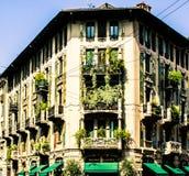 Außergewöhnliches grünes Haus im Stadtzentrum stockfoto