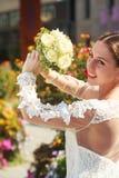 Au bride& x27 ; lancer de bouquet de s aux amis prêts Photos libres de droits