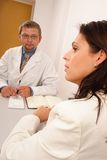 Au bureau du docteur - docteur et patient photos libres de droits