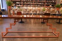 Au centre de la table peu commune de photo au milieu du restaurant moderne Images stock
