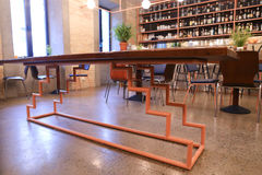 Au centre de la table peu commune de photo au milieu du restaurant moderne Image stock