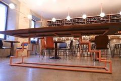 Au centre de la table peu commune de photo au milieu du restaurant moderne Photos libres de droits
